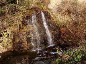 夕日が当たる黄金岩の滝