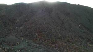 左手に砕石の山