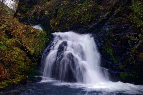 女神の滝を正面から