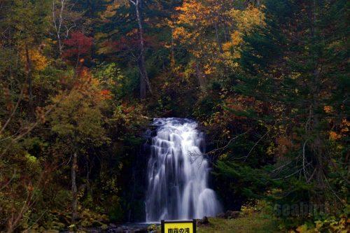 紅葉と雨霧の滝