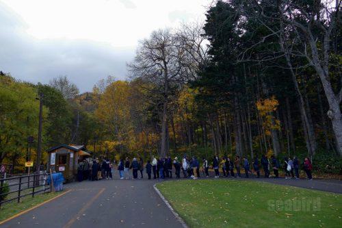 電気バスを待つ人たち