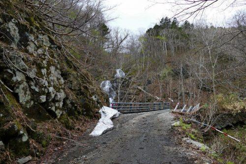 橋とルベシベの滝