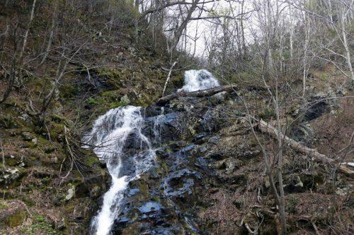 ルベシベの滝を見上げる