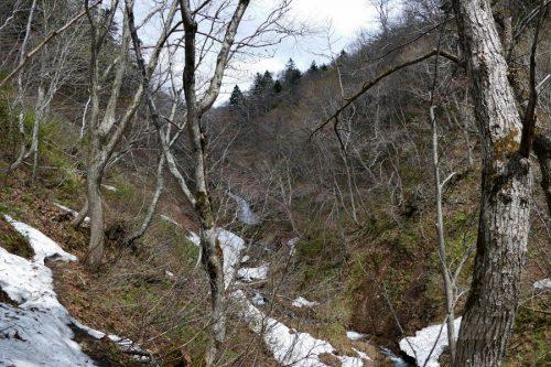遠目に見る布敷の滝