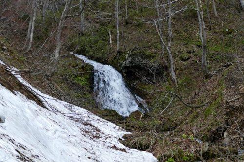橋の上から撮影した布敷の滝