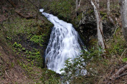 正面から撮影した布敷の滝