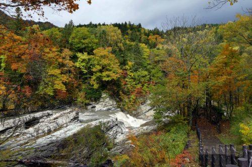 柱状節理の岩と三段滝