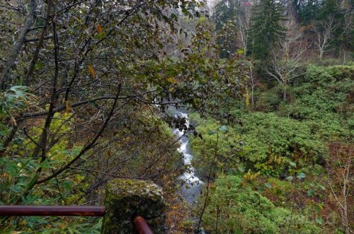 駒止の滝を引きで撮影