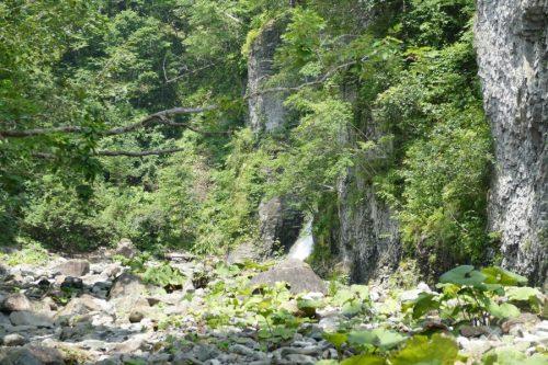 滝の流れが見える