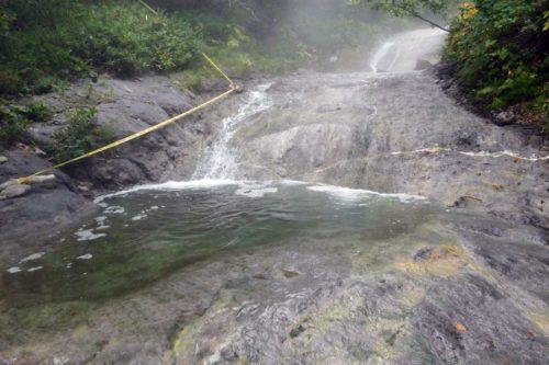 カムイワッカ川の岩肌