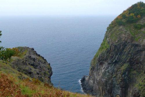 断崖絶壁がそのまま海へ