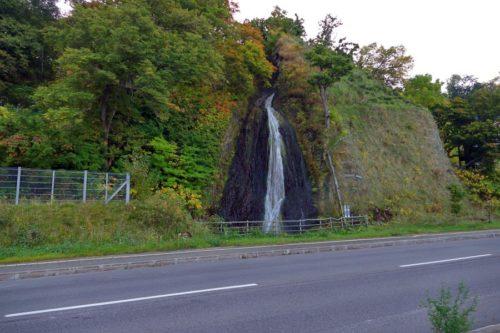 日暮れの滝